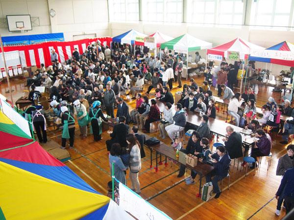 「地域力向上基金」で購入したカラフルな小型テントの模擬店が並ぶ「いのせ文化祭」。