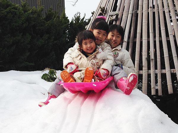 都会の子どもは雪が珍しいらしい。少しでも雪があれば、ソリなど雪遊びを楽しむ。