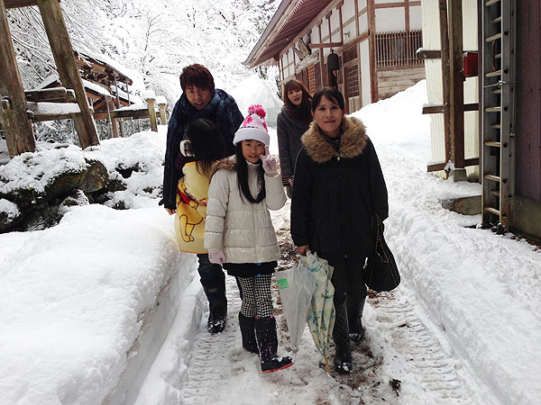 仏母寺へ参拝し、歩いて帰宅。新雪の中を歩くので気が引き締まった。