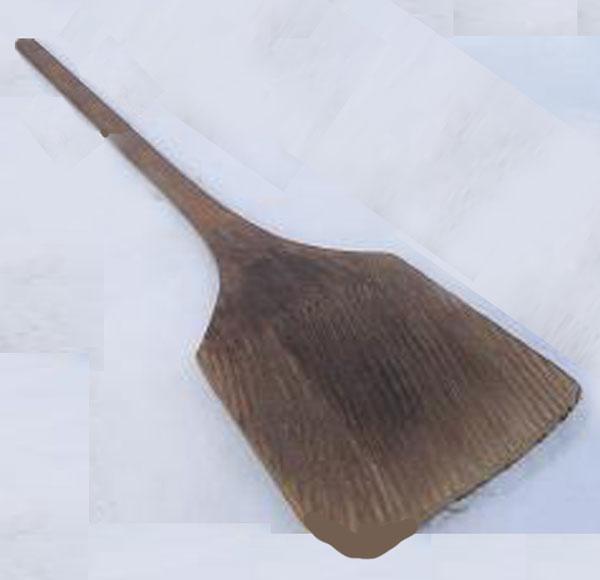 木製の「ばんば(またはコスキ)」。これで屋根納期を下したのだ。