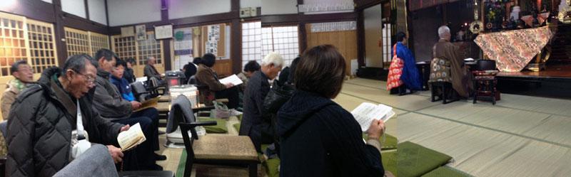 午前0時半から参拝者全員で読経。こうして毎年新年が始まるのだ。