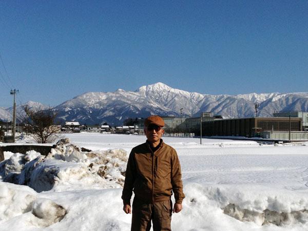 大野高校(右後方)周辺をウオーキング。後方は日本百名山の一つ荒島岳。今日は、快晴で散歩日和だった。