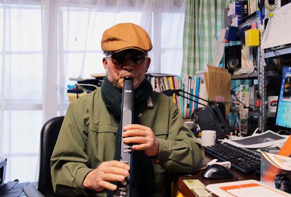 ジャズメンになったつもりでウインドシンセを吹く。いつになったら、人前で演奏できるやら。「まぁ、夢でもいいっか!」。
