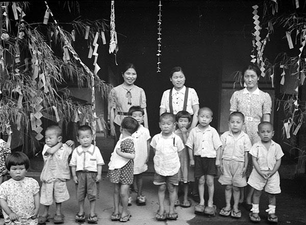 昭和時代の託児所の幼児達。(写真提供:朝日印刷)