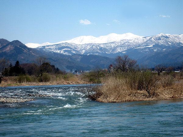 小舟渡から見た白山。山頂に雪をいただき、まさに「白山」である。