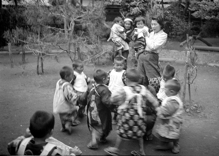 託児所の子ども達。子ども達の衣服は今とはずいぶん異なるようだ。