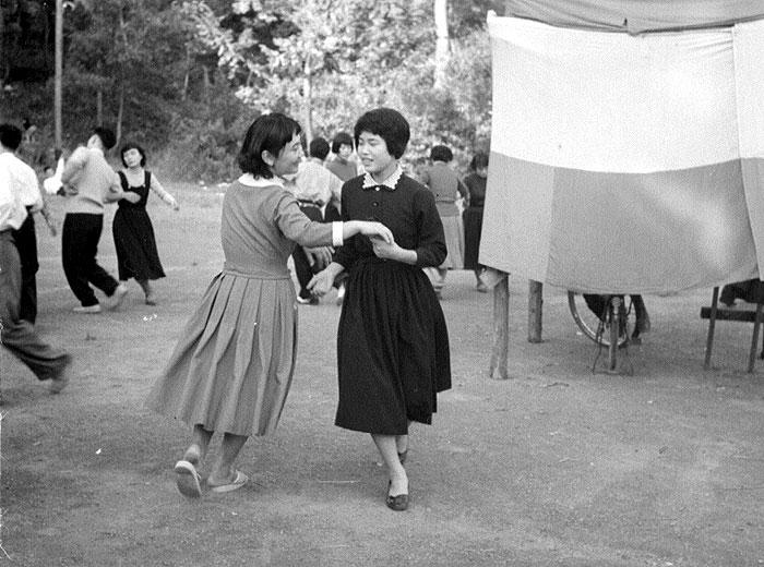 たくさんの若い女性が働いていた。一張羅を着て楽しいひとときを過ごす。