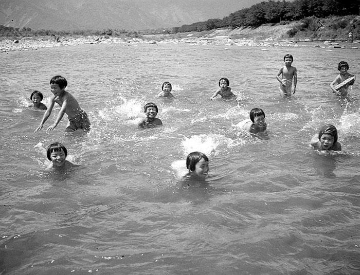 川で泳ぐことは子ども達にとって大きな喜びだった。
