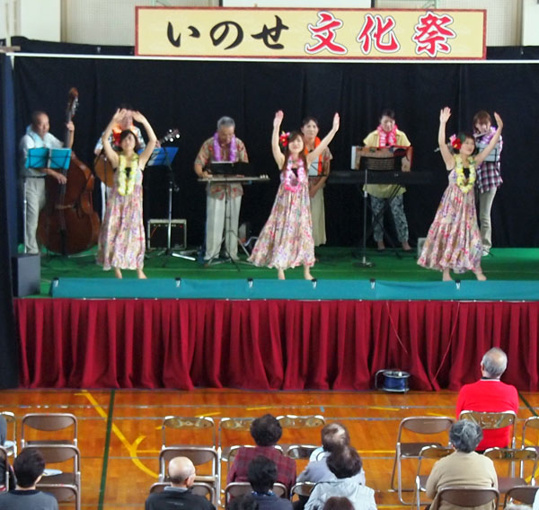 ハワイアンバンドでフラダンス