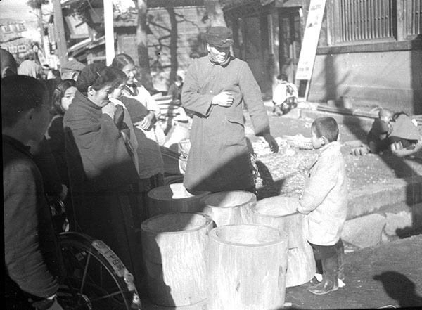 昭和の中頃の歳の市。臼を品定めする人たち。