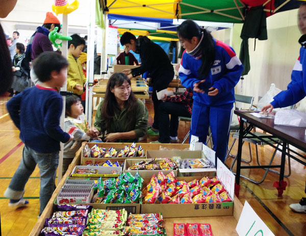 中学生も活躍した文化祭の荻店「駄菓子屋」