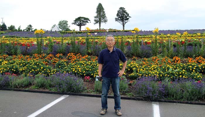 駐車場から見たゼルブの丘。原色の花々がまばゆい。