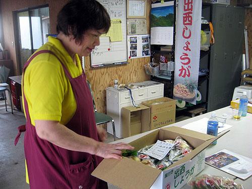 ショウガの出荷をする出西ショウガ組合長の永富さんの奥様。(2009年8月28日)