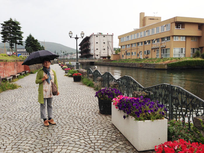 小雨の降る中、小樽運河界隈を散策