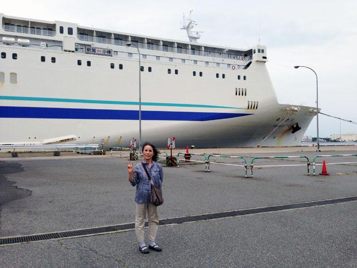 新潟港で出港を待つフェリー「ゆうかり」
