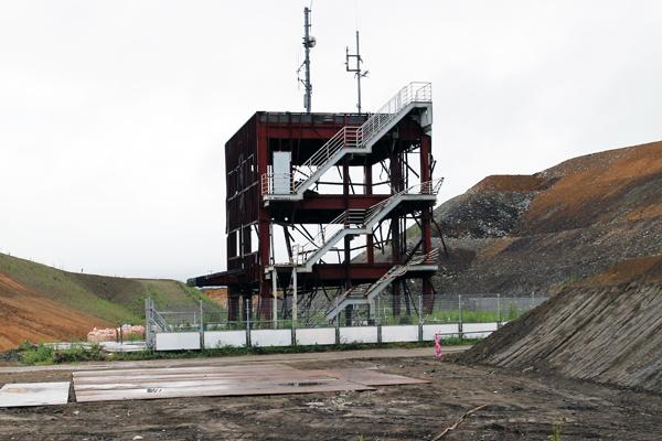 鉄骨がむき出しになり津波の被害の大きさを今に残す防災対策庁舎。