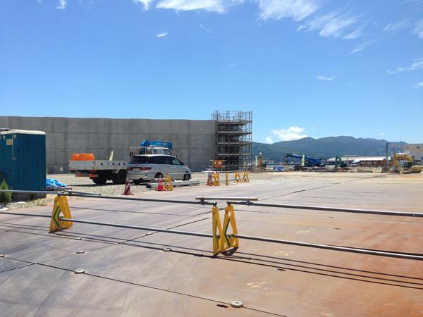 巨大な護岸工事が今も続く。