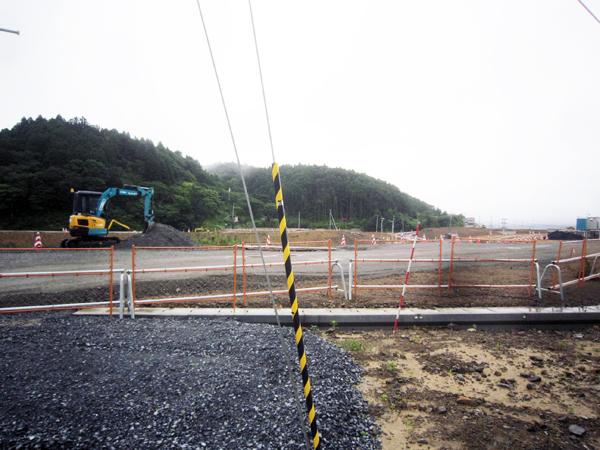 至る所で道路工事が行われていた。道路ができて始めて上下水道や宅地ができるのだが、簡単には工事は進まない。
